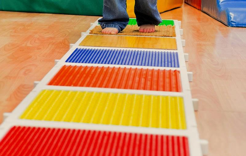 Tappeto sensoriale al nido idee per il design della casa - Tappeto bambini ...